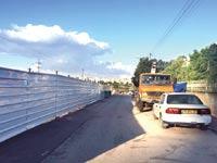 """גדר שהוקמה בקצה שכונת קריית מטלון בפ""""ת / צילום: עיריית פתח תקווה"""