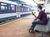 נוסע ממתין לרכבת / צילום: שלומי יוסף