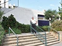 מאבטח פרטי מחוץ לגן ילדים בתל אביב / צילום: אביב חופי
