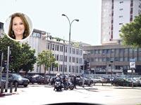 שרי אריסון על רקע חניון לונדון מיניסטור / צילום: תמר מצפי ויוסי כהן