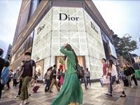 קונים על יד חנות של דיור בהונג קונג / צילום: בלומברג