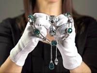 אחת ממחרוזות היהלומים של מלכת אנגליה / צילום: רויטרס