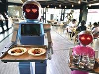 רובוטים ממלצרים / צילום: רויטרס