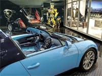 רכב בוגאטי ואחרים חונים במוסך של אחוזת פאר בבוורלי הילס / צילום: בלומברג