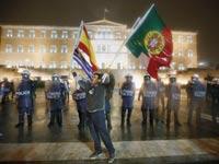 הפגנה מול הפרלמנט היווני על רקע חבילות הסיוע / צילום: רויטרס