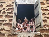 משתמשים בטלפון נייד בניגריה / צילום: רויטרס