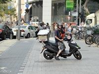 אילוסטרציה שליח על אופנוע/ צילום:איל יצהר