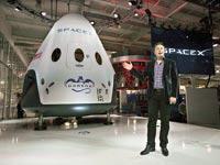 אלון מאסק עם רכבי החלל / צילום: רויטרס