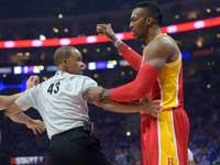 דווייט הווארד שחקן יוסטון רוקטס עם שופט NBA / צלם: רויטרס