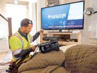טכנאי כבלים בארצות הברית / צילום:בלומברג