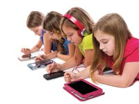 ילדים עם סמארטפון / צילום: Shutterstock