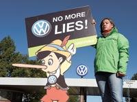 מפגינה נגד פולקסווגן / צילום: רויטרס