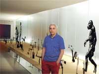 דוק בן דוד על רקע עבודתו במוזיאון ישראל / צילום: יחצ