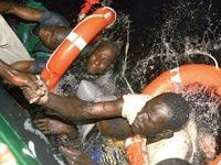 פליטים מאפריקה שספינתם טבעה/ צלם:רויטרס
