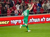 אלירן עטר על רקע שלט פרסום של הטוטו בליגת העל / צלם: שלומי יוסף