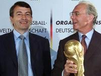 מארגני מונדיאל 2006, פרנץ בקנבאואר ו-וולפגנג נירסבאך, במסיבת עיתונאים ב-2001 / צלם: רויטרס