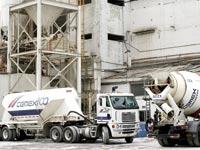 משאיות במפעל של CEMEX / צילום: בלומברג