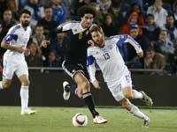 שרן ייני ומרואן פלאייני, נבחרת ישראל מול בלגיה / צילום: רויטרס