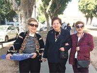 קשישים פנסיונריות בשדרות רוטשילד בתל אביב / צילום: מירב מורן
