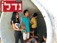 ישראלים תופסים מחסה / צילום: רויטרס