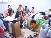 משפחת חוגי בדירה השכורה / צילום: תמר מצפי