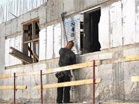 פועל באתר בנייה / צילום: איל יצהר