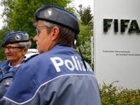 """שוטרים ליד משרדי פיפ""""א / צלם: רויטרס"""