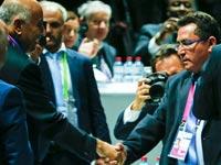 """עופר עיני לוחץ יד לג'יבריל רג'וב בקונגרס פיפ""""א / צלם: רויטרס"""
