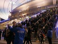 אוהדים מתפנים מהסטאד דה פראנס לאחר פיגועי הטרור בפריז / צלם: רויטרס
