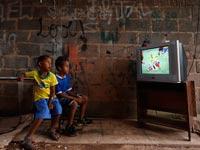 ילדים ברזילאים צופים במונדיאל / צילום: רויטרס
