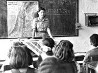 """כיתה ב 1947. הילדים היום עדיין יושבים מול לוח מרכזי. צילום: לפ""""מ"""
