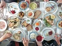 שולחן עמוס במסעדת השקד / צילום: אנטולי מיכאלו