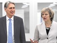 ראשת ממשלת בריטניה, תרזה מיי, ושר האוצר, פיליפ האמונד / צילום: רויטרס