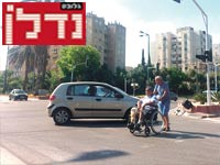 נכה חוצה כביש / צילום: מירב מורן