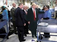 טראמפ בביקור במפעל של Carrier באינדיאנאפוליס / צילום: רויטרס