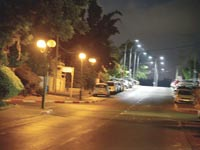 תאורת לד (מאחור) ליד תאורה רגילה (מלפנים) ברח' ישורון בהוד השרון / צילום: תמר מצפי