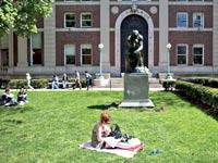 סטודנטים בקמפוס אוניברסיטאי/ צילום: בלומברג