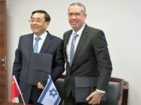נטלי החתימה על ההסכם / צילום: יחצ נטלי