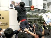 """שלטים עם תמונתו של המו""""ל הנעדר בהונג קונג / צילום: רויטרס"""