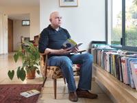 רוטנברג, בביתו בגבעתיים / צילום: יונתן בלום