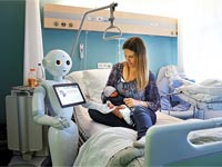 הרובוט פפר במחלקת היולדות. שולט ב–19 שפות / צילום: רויטרס