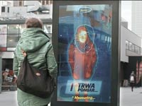 שלט חוצות שמאפשר לבדוק אם חום הגוף גבוה / צילום מסך מיוטיוב