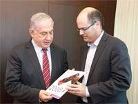 """אבי חסון מגיש את הדו""""ח לראש הממשלה נתניהו / צילום: יוסי זמיר"""