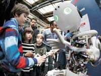 """רובוט """"אנושי"""". משרות יבוטלו  / צילום: רויטרס"""