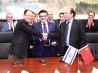 """חתימה עם הסינים / צילום: יח""""צ"""