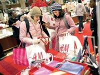 קונות בחנות של מייסיז / צילום: רויטרס