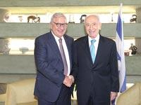 שמעון פרס וברנרד קמביה/ צילום: אלעד גוטמן