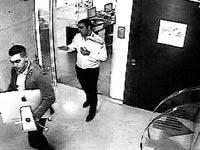 אורן קובי קובי ואנשיו מרוקנים את המשרדים/ צילום: מתוך מצלמת האבטחה במשרדי חברת אדמה