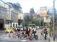 אופניים והולכי רגל. אין סיכוי לרצועת צל / צילום: מירב מורן