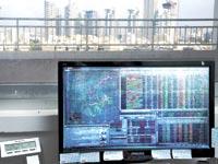 מסכי הבורסה על רקע הנדלן בתל אביב / צילום: תמר מצפי
